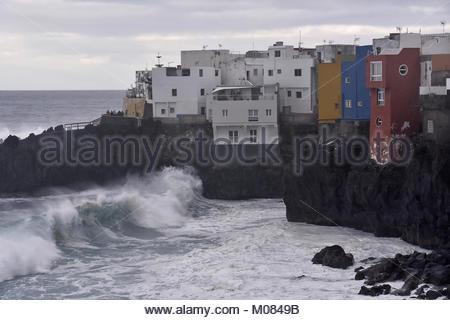Clifftop Häuser von Punta Brava, Wellen, die Annäherung an die Küste von Puerto de La Cruz Teneriffa Kanarische - Stockfoto