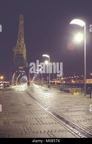Szczecin (Stettin) Boulevards in der Nacht, Vintage getonten Bild mit Lens Flare, Polen. - Stockfoto