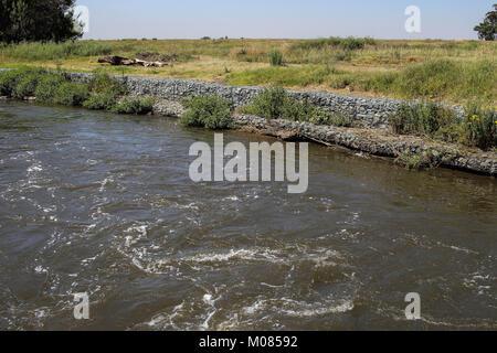 Flusssteine verwendet als Landschaftsbau Steinen im Garten des ...