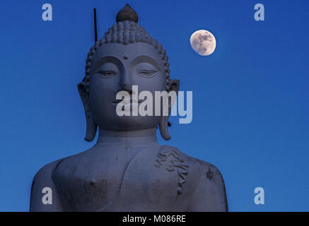 Buddha Statue in Chiang Mai und Vollmond heben den Himmel in den Abend, Thailand - Stockfoto