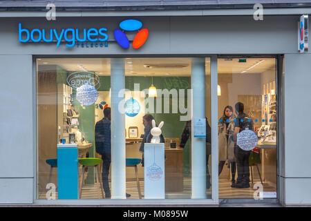 PARIS, Frankreich, 20. Dezember 2017: Bouygues Telecom Logo auf Ihren Shop auf der Rue de Rivoli Allee. Bouygues - Stockfoto