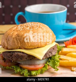 Kaffee Burger, Chips, Fast Food und Burger - Stockfoto