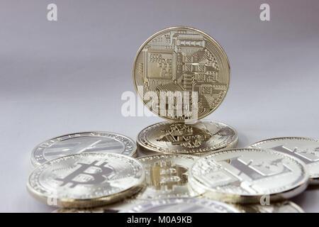 Auf einem weißen Hintergrund sind Silber Münzen eines digitalen crypto Währungen - Litecoin und Bitcoin. Zusätzlich - Stockfoto