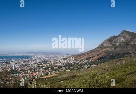Blick auf das Zentrum von Kapstadt am Fuße des Tafelberges, Südafrika - Stockfoto
