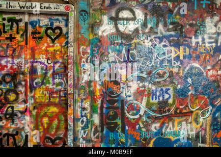 Graffiti, die John Lennon Mauer in Prag. - Stockfoto