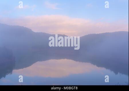Cueifong See mit Nebel in Yilan, Taiwan - Stockfoto