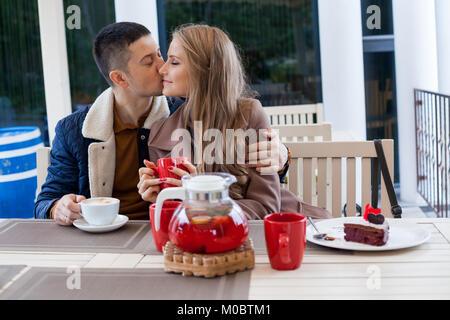 Restaurant. Ein Kerl mit einem Mädchen trinken heißen Kaffee und Tee - Stockfoto