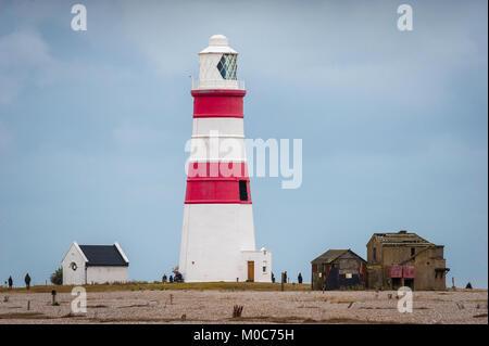 Orford Ness Lighthouse, den stillgelegten Leuchtturm am Strand von Orford Ness bleibt eine populäre Attraktion auf - Stockfoto