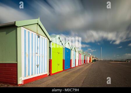 Kultigen bunten Strandhütten direkt an der Meeresküste von Brighton, East Sussex, England. - Stockfoto