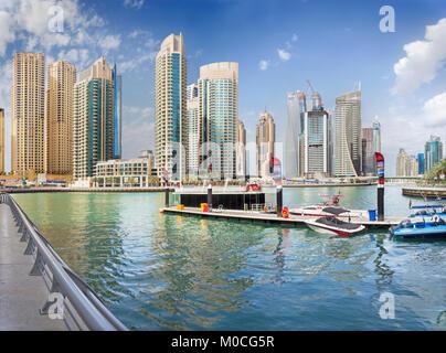 DUBAI, Vereinigte Arabische Emirate - 24. März 2017: Der Wolkenkratzer von Marina und die Yachten. - Stockfoto