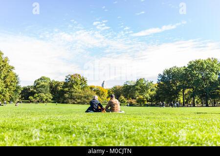New York City, USA - Oktober 28, 2017: Manhattan NYC Central Park mit ein paar Leute sitzen in Picknick vor den - Stockfoto