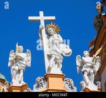 Statue von Jesus und das Kreuz im Stift Melk oder der Abtei von Melk, oberhalb der Stadt Melk, Niederösterreich, - Stockfoto