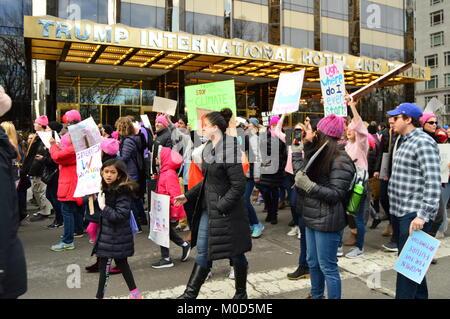 New York, NY, USA Januar 20, 2018 die Demonstranten auf März der Frauen in New York City halten vor der Trump International - Stockfoto