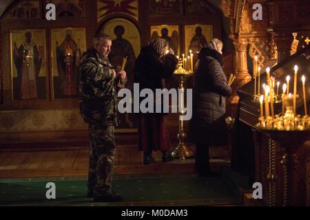 Moskau, Russland. 19. Januar, 2018: Bei religiösen Dienst des großen Segen der Gewässer Gläubige am Vorabend der - Stockfoto