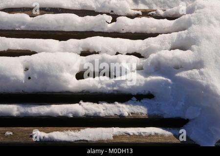 Schnee auf Lattenrost aus Holz Werkbank - Stockfoto