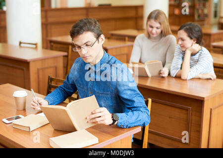 Arbeitsprozess in der Universitätsbibliothek - Stockfoto
