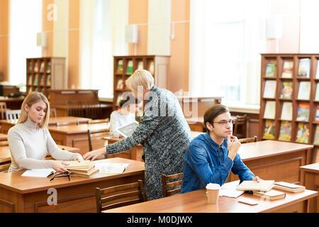 Arbeitsprozess in der Universität Reading Room - Stockfoto