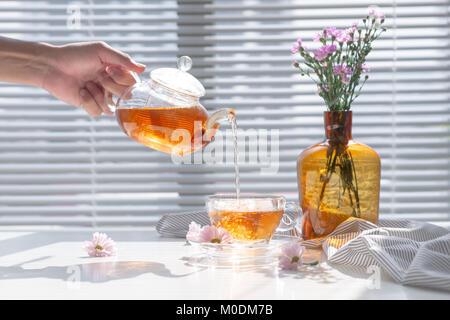Nahaufnahme von heißem Wasser aus dem Kessel in einer modernen Küche ...