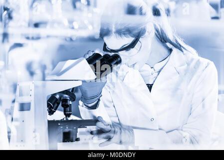 Gesundheitswesen Forscherinnen arbeiten im wissenschaftlichen Labor. - Stockfoto
