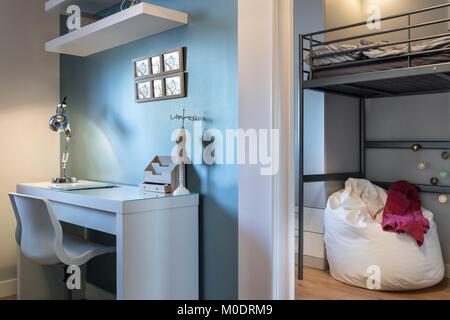 Etagenbett Teenager : Moderne teenager zimmer mit etagenbett stockfoto bild