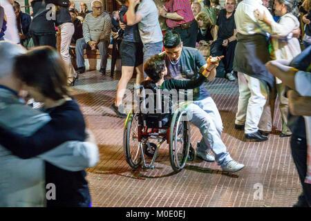 Buenos Aires Argentinien San Telmo Plaza Dorrego nacht Nachtleben tango Tänzer tanzen Mann Frau Paar Zuschauer, - Stockfoto