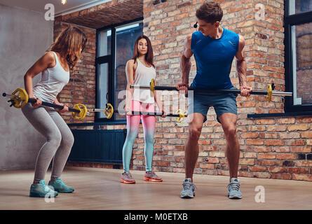 Ein Mann zeigt, wie Zurück Trainings zu tun. - Stockfoto