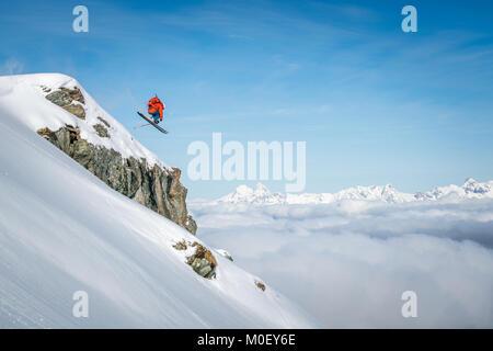 Freeride Skifahrer von einer Klippe zu springen, Alpen, Kitzsteinhorn, Salzburg, Österreich - Stockfoto