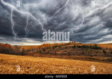 Thunder Himmel. Blitz am Himmel dunkle Wolken