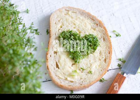 Cuckooflower Kresse Herz auf das Brot liebe Ostern abstrakte Konzept - Stockfoto