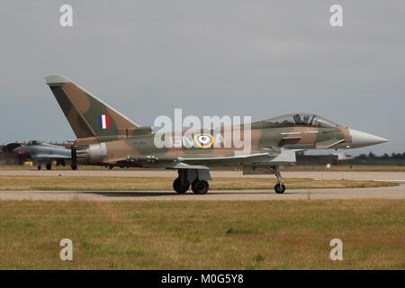 Die Royal Air Force Typhoon markiert bis in das Farbschema einer Hawker Hurricane auf der 75. Jahrestag der Schlacht - Stockfoto