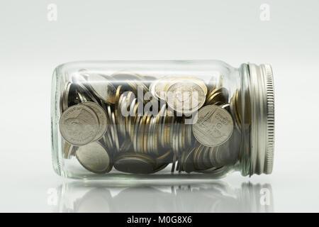 Geld sparen Konzept der Münzen sammeln (Thai Geld), in einer Glasflasche auf weißem Hintergrund isolieren. Als Hintergrund - Stockfoto