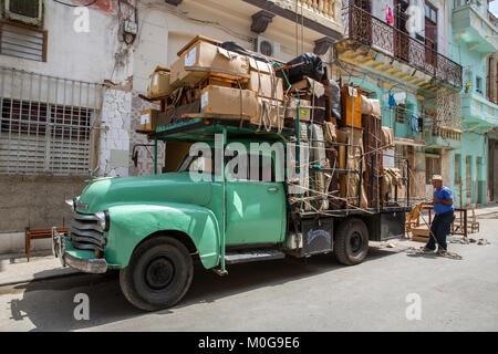 Antike Umzugs-LKW in der Altstadt von Havanna, Kuba - Stockfoto