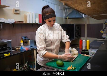 Lieferung Sushi Restaurants der Koch die Mahlzeiten in der Küche bereitet - Stockfoto