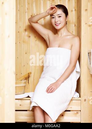 frau sitzt sauna l chelnd wellness 40 50 jahre abwehrkr fte infusion bademantel blick kamera. Black Bedroom Furniture Sets. Home Design Ideas