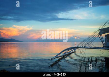 Banka, traditionelle philippinische Fischerboot bei Sonnenuntergang, Insel Cebu, Philippinen - Stockfoto