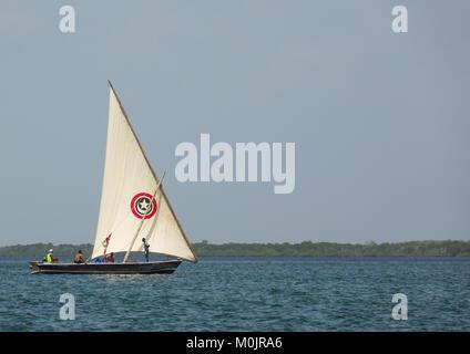 Dhow segeln in Lamu Gewässer, Lamu Archipel, Kenia - Stockfoto
