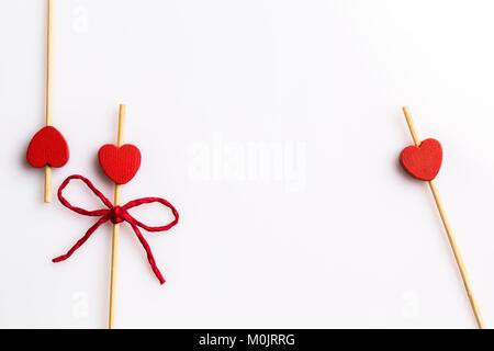 Drei handgefertigten Herzen Cupcake Toppers auf weißem Hintergrund - Stockfoto