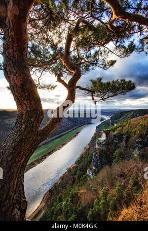 Aussichtspunkte auf den Felsen in der Bastei auf die Elbe, Nationalpark Sächsische Schweiz, Sachsen, Deutschland - Stockfoto