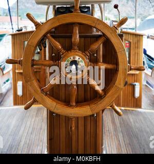 Holz- Lenkrad auf einem Boot, Kotor, Montenegro - Stockfoto