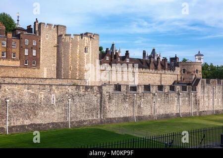Die äußere Ringmauer und trockengraben der Tower von London - die historische Burg und beliebte Touristenattraktion - Stockfoto