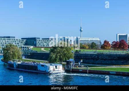 Bootsfahrt auf der Spree in Berlin mit dem Stadtpanorama im Hintergrund. Verwenden Sie für Deutsche Saison travel - Stockfoto