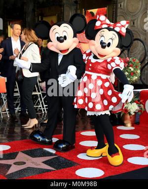 Los Angeles, USA. 22 Jan, 2018. Disney Charakter Minnie Mouse (R) und Mickey Mouse an einem Stern ehren Zeremonie - Stockfoto