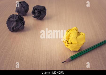 Die kreative Idee und Konzept: Verwendet Bleistift mit gelben zerknittertes Papier Kugel auf Holz- Fuss und Schwarz - Stockfoto