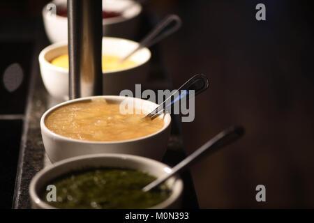 Essen Fotografie einer Linie der hausgemachte Saucen in Schalen für einen Braten Abendessen und beinhaltet Minze - Stockfoto