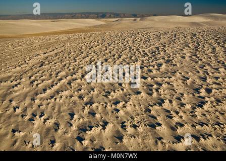 Zementierte sand Kruste an Gips Dünen bei Sonnenuntergang in Alkali Flat Trail Bereich im White Sands National Monument, - Stockfoto