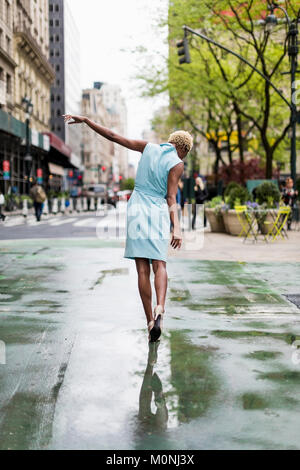 Modische schwarze Frau in New York - Stockfoto