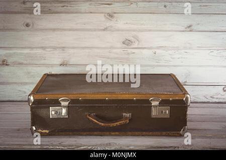 Alte vintage Koffer im Zimmer auf hölzernen Light Board. Close Up. - Stockfoto