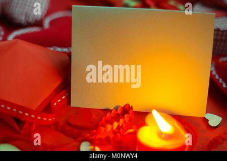 Viele Valentinstag Herzen und Einrichtung, hausgemachte Handwerk Konzept, roter Stoff, Papier, Geschenke und Kerzen - Stockfoto