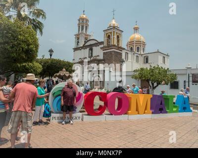 """Touristen Posieren vor der bunten Zeichen Comala ein Pueblo Magico der Kirche """"Iglesia de Nogueras Nogueras∠im - Stockfoto"""