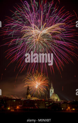 Feuerwerk über Schwaz am Silvesterabend mit Krankenhaus Kirche und Pfarrei, Schwaz, Tirol, Österreich - Stockfoto